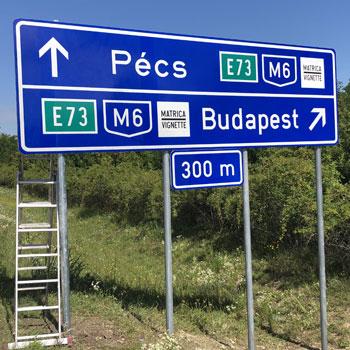 Közúti jelzőtáblák kihelyezése
